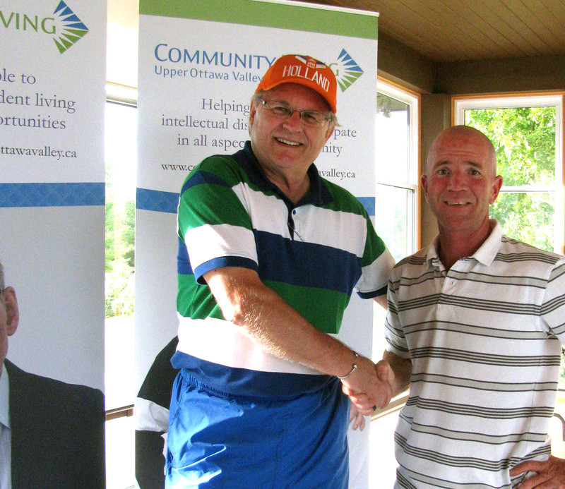<b>Golf Chairman Gerry Mansfeld thanks Corporate Sponsor Darwin Prince</b>