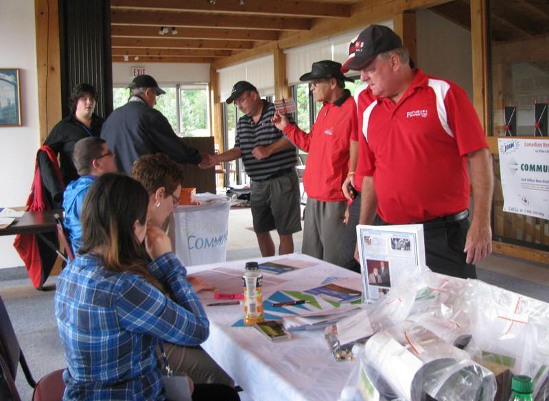 <b>Golfers Registering</b>